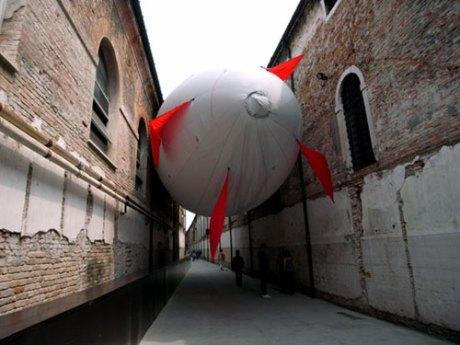 hector zamora: zeppelin installation at venice art biennale 09 - image © designboom